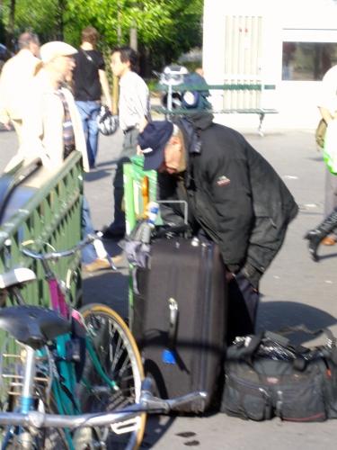 Ses sacs et sa valise.jpg