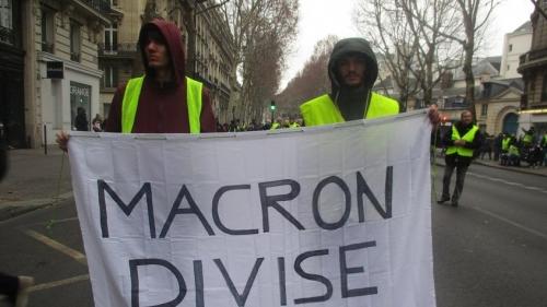 1200px-Banderolle_contre_Macron-845x475.jpg